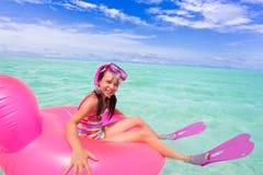 Natación feliz de la muchacha en el océano Foto de archivo