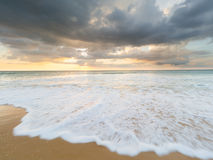 Natai, Phang Nga, Таиланд, пляж на заходе солнца Стоковые Фото