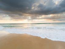 Natai, Phang Nga, Таиланд, пляж на заходе солнца Стоковое Изображение RF