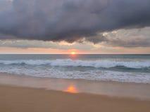 Natai, Phang Nga, Таиланд, пляж на заходе солнца Стоковые Изображения RF