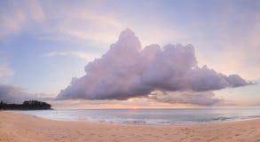 Natai, Phang Nga, Tailandia, playa en la puesta del sol Fotos de archivo libres de regalías