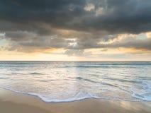 Natai, Phangnga, Thailand, Strand bei Sonnenuntergang Lizenzfreie Stockfotos