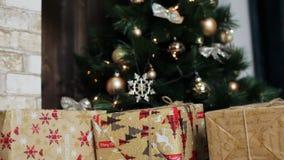 Natal à moda interior com abeto decorados Casa do conforto com árvore de Natal completamente das decorações com grinalda vídeos de arquivo