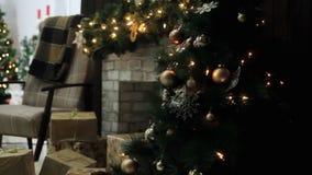 Natal à moda interior com abeto decorados Casa do conforto com árvore de Natal completamente das decorações com grinalda video estoque