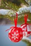 A Natal-árvore vermelha do estilo escandinavo brinca nos ramos nevado fotografia de stock