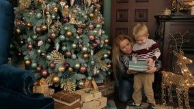 Natal aberto da mamã e do filho perto da árvore de Natal filme