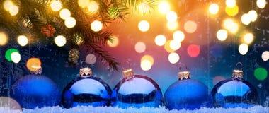 Natal azul; Fundo dos feriados com decoração do Xmas foto de stock