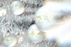 Natal Baubels em uma árvore Fotos de Stock Royalty Free
