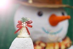 Natal Bell dourada com efeito do boneco de neve e do alargamento Fotos de Stock Royalty Free