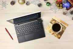 Natal, bolas, portátil Vista superior de decorações, de árvores e de presentes de madeira da tabela Imagens de Stock