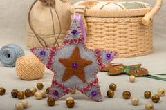 Natal cinzento feito a mão da estrela do close-up de feltro Fotos de Stock Royalty Free