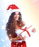 Natal da posse do retrato da mulher de Santa do Natal Fotos de Stock Royalty Free