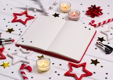 Natal de Flatlay e decoração do ano novo na mesa de madeira branca com cosméticos e acessórios fotografia de stock