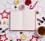 Natal de Flatlay e decoração do ano novo na mesa de madeira branca com cosméticos e acessórios fotos de stock