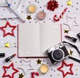 Natal de Flatlay e decoração do ano novo na mesa de madeira branca com cosméticos e acessórios foto de stock