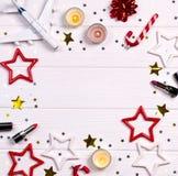Natal de Flatlay e decoração do ano novo na mesa de madeira branca com cosméticos e acessórios imagens de stock royalty free