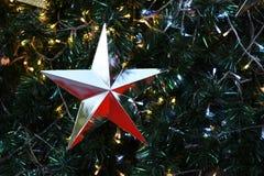 Natal de prata da estrela no fundo da árvore de Natal Fotos de Stock Royalty Free