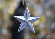 Natal de prata da estrela sobre o fundo borrado bokeh Fotos de Stock Royalty Free