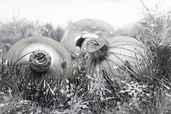 Natal de prata e anos novos do fundo com bolas, festão Fotos de Stock