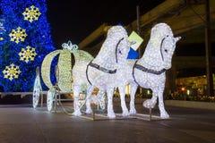 Natal decorado, luz elétrica puxado por cavalos branca Foto de Stock Royalty Free
