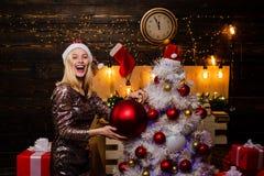Natal do sorriso da mulher Menina bonita que veste no vestido do Natal Presente do Natal celebration Atmosfera do Natal da casa imagens de stock
