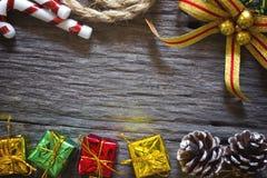 Natal e ano novo feliz para o fundo Weihnachtspakete - presente de Natal fotografia de stock