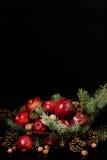 Natal e ano novo Maçãs com cones do pinho e porcas no bas Imagem de Stock