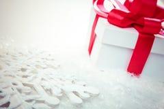 Natal e anos de dia novos, fundo vermelho do branco da caixa de presente Imagens de Stock Royalty Free
