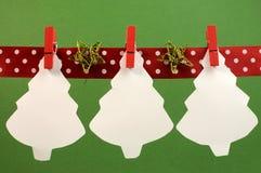 Natal e feriados sazonais que bunting com os treas do White Christmas que penduram dos Pegs em uma linha com espaço da cópia fotos de stock royalty free