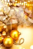 Natal e quinquilharias douradas e decorações do ano novo Imagens de Stock Royalty Free