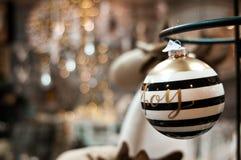 Natal elegante bauuble com palavra e bokeh da alegria fotos de stock