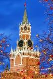 Natal em Moscovo Torre de Spasskaya na decoração festiva fotos de stock royalty free
