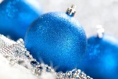 Natal - esferas azuis Fotos de Stock Royalty Free