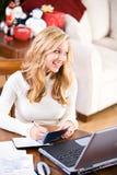 Natal: Feliz pagar contas de cartão de crédito Imagens de Stock Royalty Free