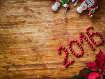 Natal - fundo de madeira velho, cozinheiros chefe engraçados Santa Claus e boneco de neve, e sinal 2016 Fotos de Stock Royalty Free