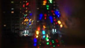Natal Garland Reflecting na janela vídeos de arquivo