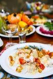 Natal Grupo da tabela, vista lateral Carnes na tabela do feriado Arenques salgados cortados em uma placa branca com ervas, limão  Fotografia de Stock Royalty Free