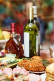 Natal Grupo da tabela, vista lateral Carnes na tabela do feriado Arenques salgados cortados em uma placa branca com ervas, limão  Imagem de Stock