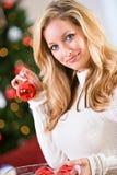Natal: Guardando um ornamento do Natal Fotos de Stock Royalty Free