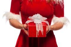 Natal, x-mas, inverno, conceito da felicidade - presentes do tempo - meninas disponivéis da caixa de presente no chapéu do ajudan Fotografia de Stock Royalty Free