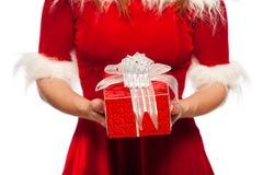 Natal, x-mas, inverno, conceito da felicidade - presentes do tempo - meninas disponivéis da caixa de presente no chapéu do ajudan Imagens de Stock Royalty Free