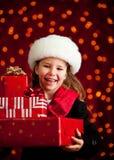 Natal: Menina bonito com presentes de época natalícia imagens de stock royalty free