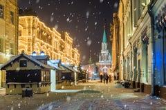 Natal Moscou Rua de Nikolskaya na noite em Moscou imagem de stock royalty free