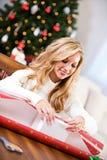 Natal: Mulher que envolve a caixa de presente Imagem de Stock