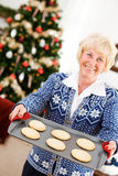 Natal: Mulher que guarda Tray Of Christmas Cookies Fotografia de Stock