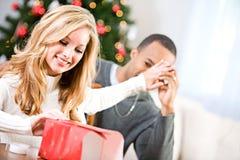 Natal: Mulher que tenta envolver o presente Fotos de Stock Royalty Free