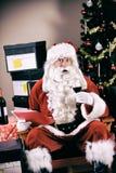 Natal: Nervos da calma de Santa Having Red Wine To imagem de stock royalty free