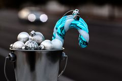 Natal Ornamnets recolhido na cubeta de prata para o Ch de decoração Imagens de Stock Royalty Free
