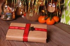 Natal ou presente e decorações de ano novo em um fundo de madeira foto de stock