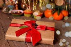 Natal ou presente e decorações de ano novo em um fundo de madeira fotos de stock